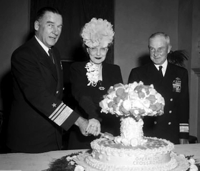 Vice amiral Blandy med fru firar Operation Crossroads
