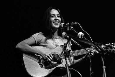 "Joan Baez sjunger ""Where are you my son?"" (Wikicommons)"