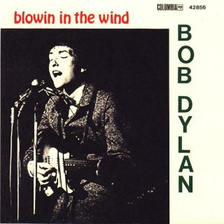 "1962 sjunger Bob Dylan sin ""Blowing in the Wind"" (Wikicommons)"